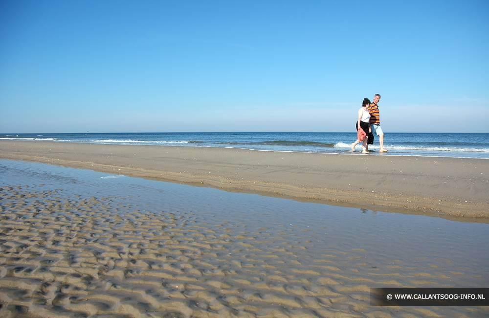 Wandelen op strand Callantsoog